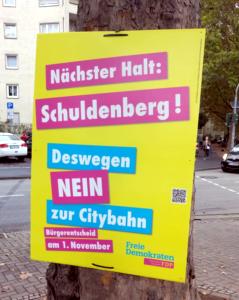 """Plakat der FDP mit Schriftzug """"Nächster Halt: Schuldenberg! Deswegen NEIN zur Citybahn"""""""