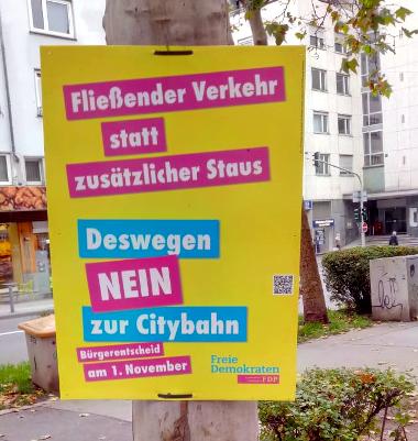 """Wahlplakat der FDP, Wortlaut: """"Fließender Verkehr statt zusätzlicher Staus Deswegen NEIN zur Citybahn"""""""