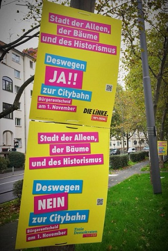 """Zwei fast identische Plakate von FDP und Linken, in denen nur das """"NEIN zur Citybahn"""" durch ein """"JA zur Citybahn"""" ersetzt wurde"""